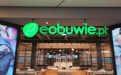 Podświetlane logo sieci eobuwie.pl w galerii w Polkowicach